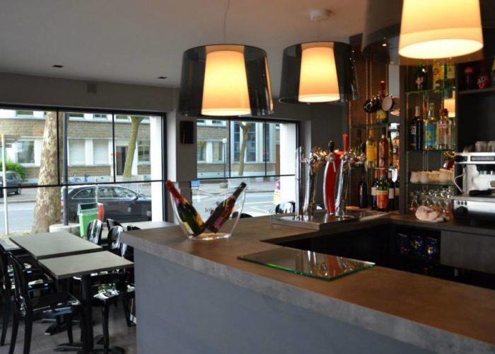 Le Restaurant La Brasserie du coin est proche de l'Hôtel Le Keroman et du port de pêche.